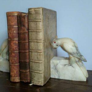 Marmeren boekensteunen met decoratieve kakatoe's